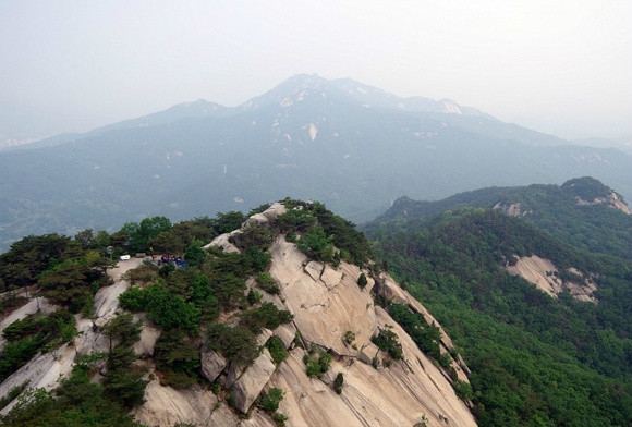 바위 많은 산, 오르면서 조망처가 많아..