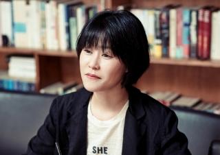 """김애란 """"첫 산문집, 독자와 대화하는 기분"""""""