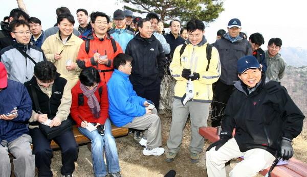 199쪽 2006년 2월 26일 출입기자단과 북악산에서.jpg