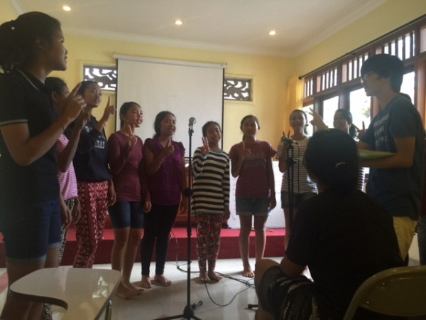 성탄공연연습을 하는 페르마타 하티 아이들과 중빈.JPG