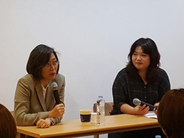 캡션달아주세요__이수정 교수(왼) 이다혜 기자.jpg