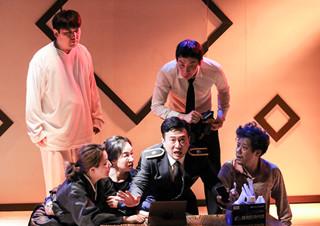 깊은 웃음과 슬픔이 쌓인 장례식장에서의 3일 - 연극 <웃픈 3일> | YES24 채널예스
