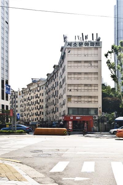코너 상가의 처리가 돋보이는 서소문아파트.jpg