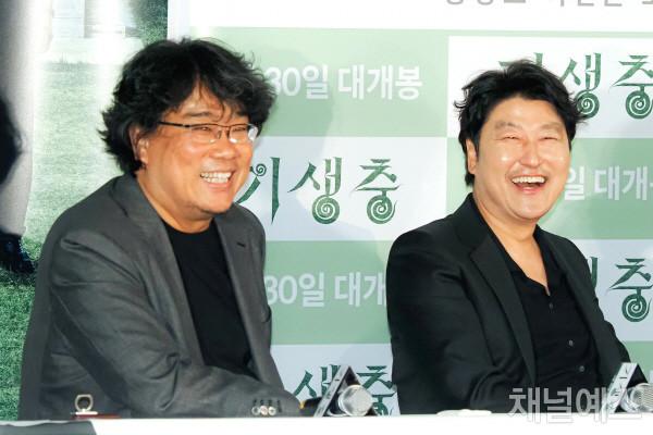 6-봉준호-감독과-송강호-배우의-다정한-웃음.jpg