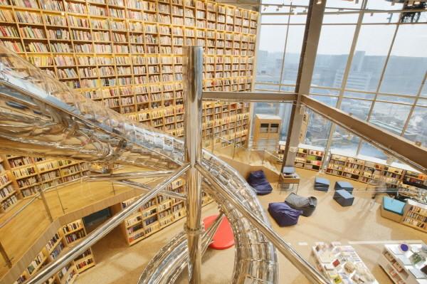 예스24 강서NC점 오픈 (4) 책으로 가득 채워진 8미터 길이의 시그니처 책장.jpg