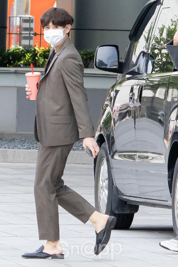 양요섭, 뮬 신고 한 손에는 음료수 '출근길'